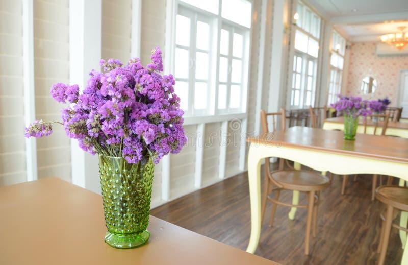 Violette Blume im Vase stockbilder