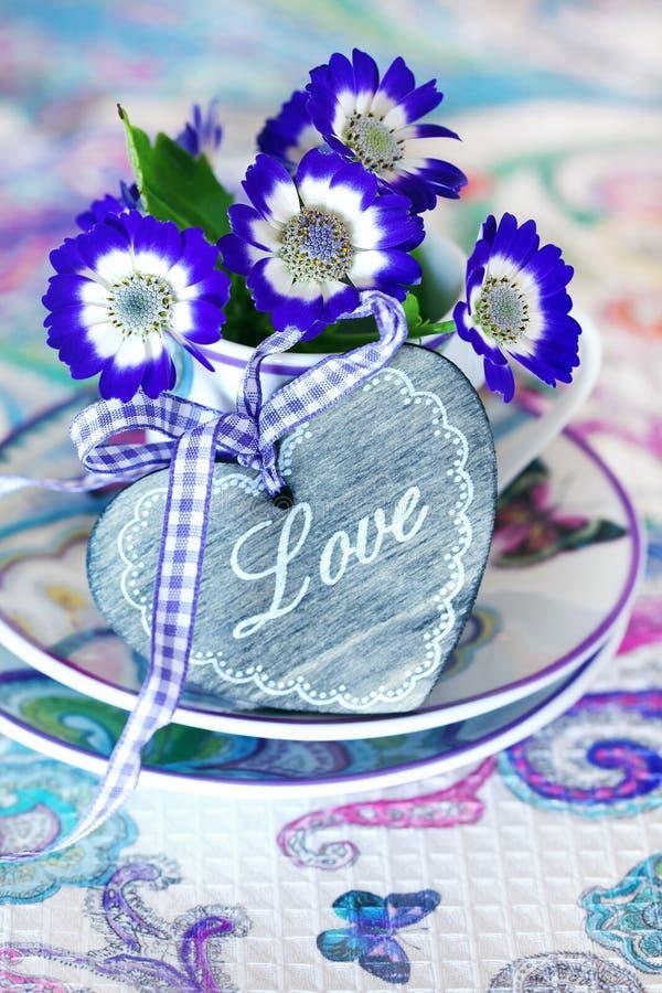 Violette Blumen stockfotografie
