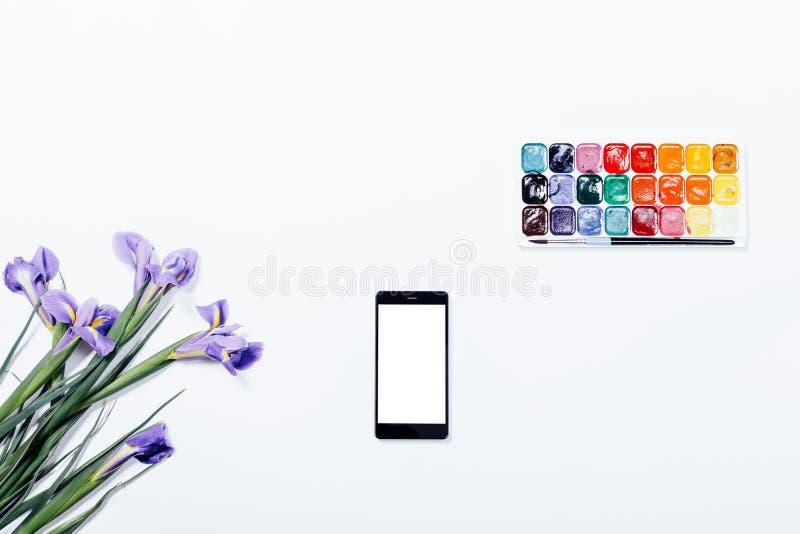 Violette Blumen, Handy und Aquarellfarben auf einem weißen ta stockbild