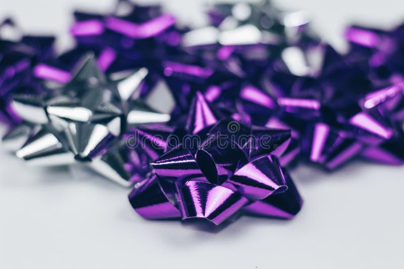 Violette brillante et ornement argenté d'arc de Noël sur le fond blanc d'isolement photos libres de droits