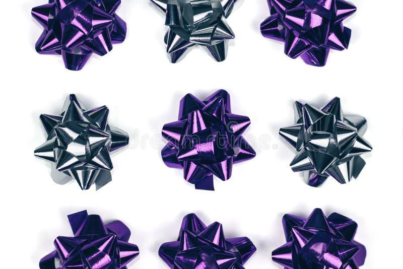 Violette brillante et ornement argenté d'arc de Noël sur le fond blanc d'isolement images libres de droits