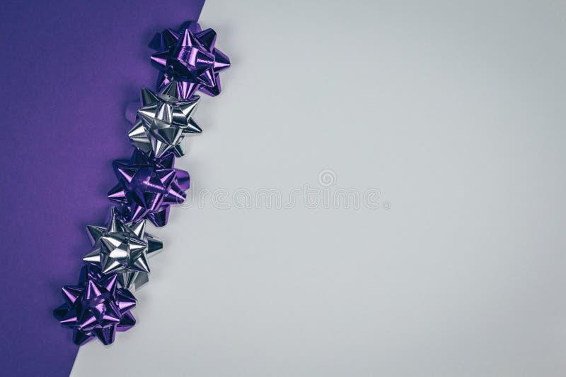 Violette brillante et ornement argenté de Noël rayés diagonalement sur le fond violet et blanc photos libres de droits