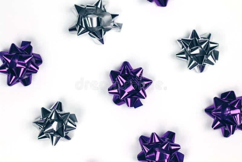 Violette brillante et ornement argenté de Noël sur le fond blanc images libres de droits