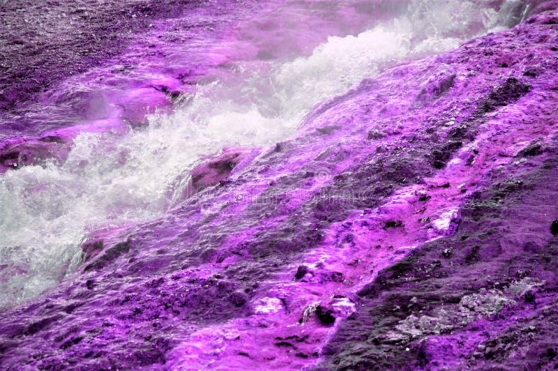 Violette de geologie kokende vloeistof van geisermineralen stock afbeeldingen