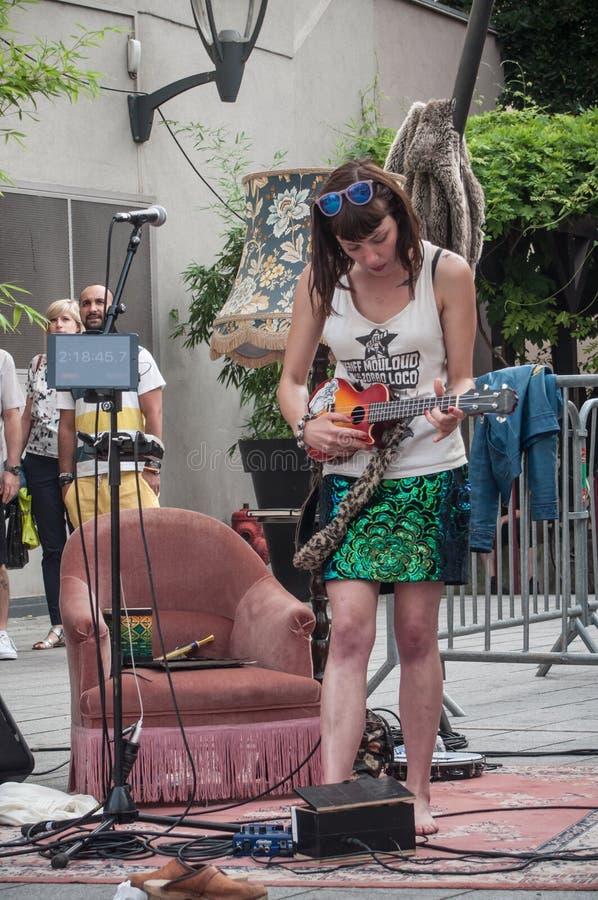 Violette Deadwood som sjunger med gitarren på lindansareshowen royaltyfri fotografi