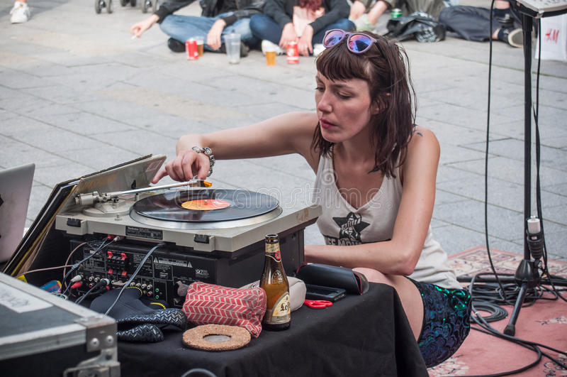 Violette Deadwood som spelar vinyldisketten under gataplatsfestivalen arkivfoton