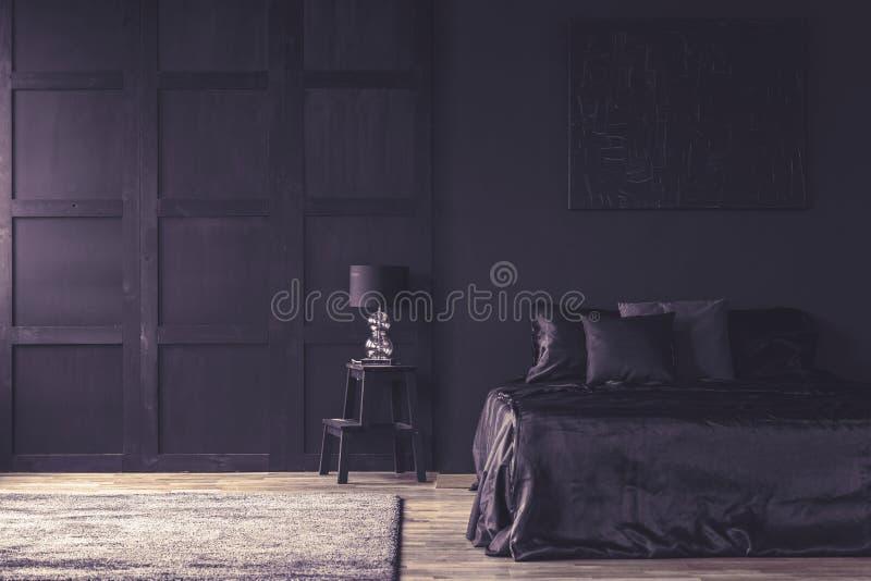 Violette filter op donker slaapkamerbinnenland royalty-vrije stock fotografie