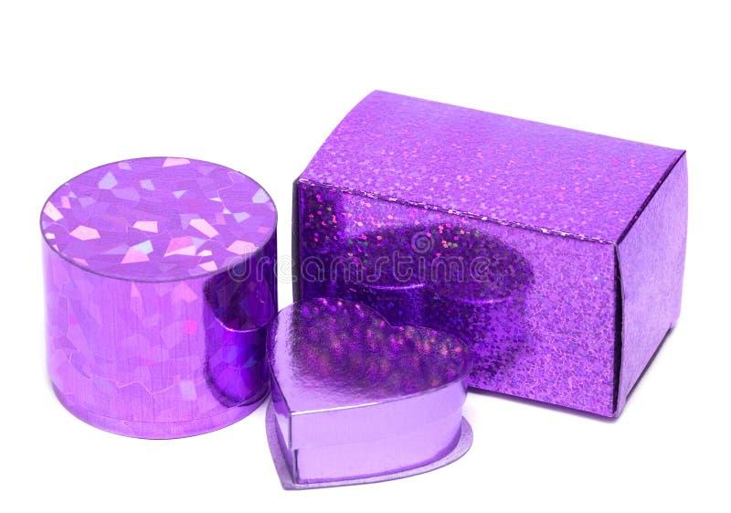 Violette Geschenkkästen trennten stockbilder