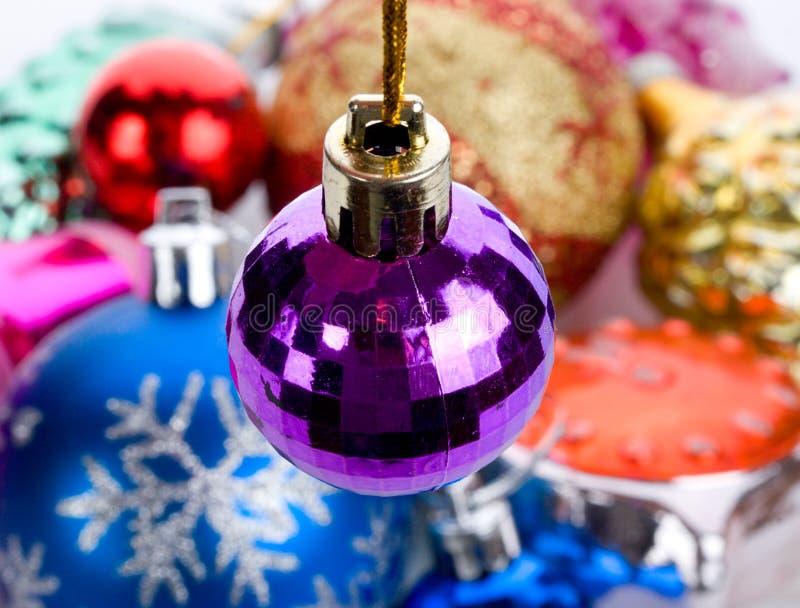 Violette kleine Tannenkugel stockfoto