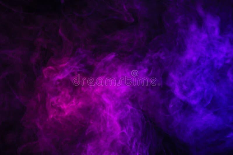 Violette rook op zwarte achtergrond stock afbeeldingen