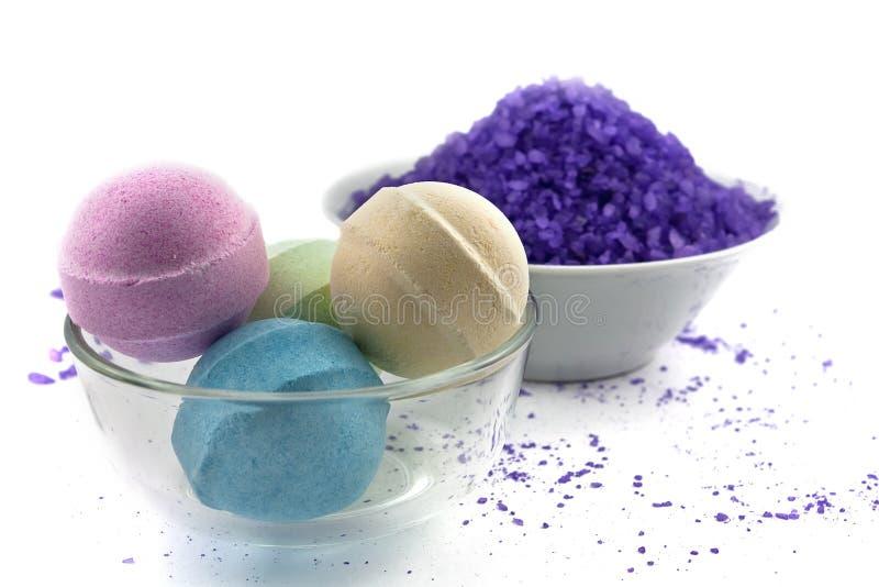 Violette Salz- und Badkugeln lizenzfreie stockfotos