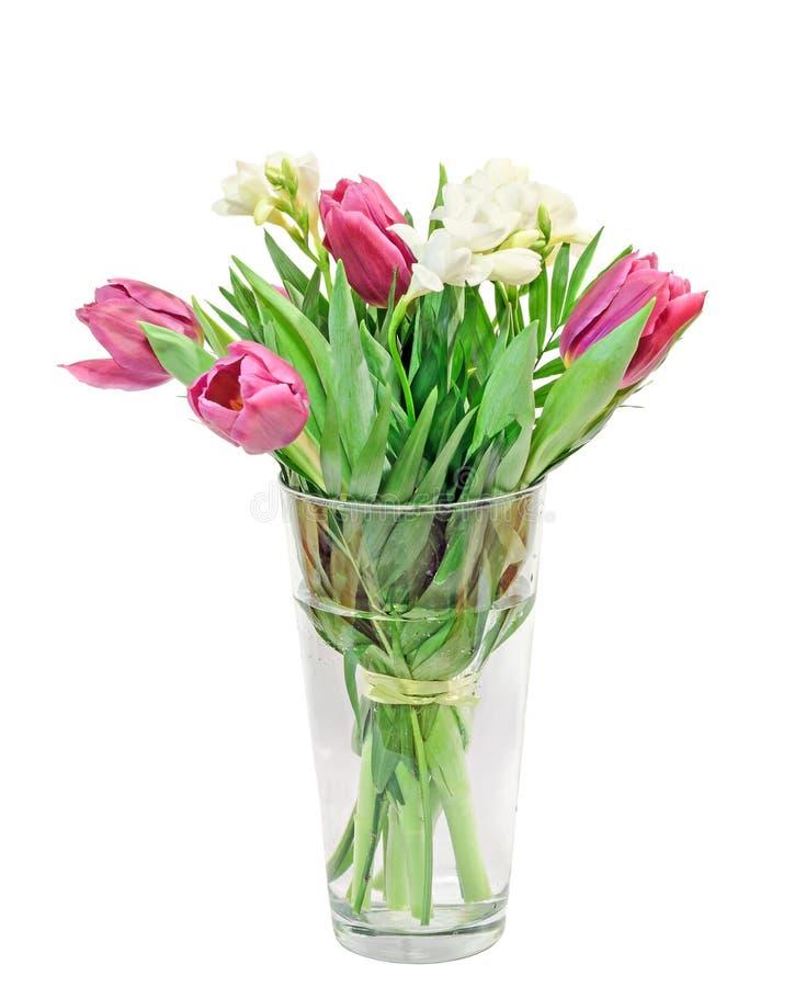 violette tulpen wei e freesien blumenstrau blumengesteck in einem transparenten vase gef llt. Black Bedroom Furniture Sets. Home Design Ideas