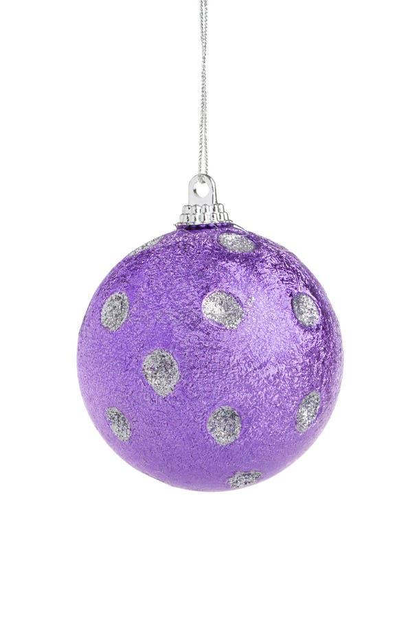 Violette Weihnachtskugel stockbild