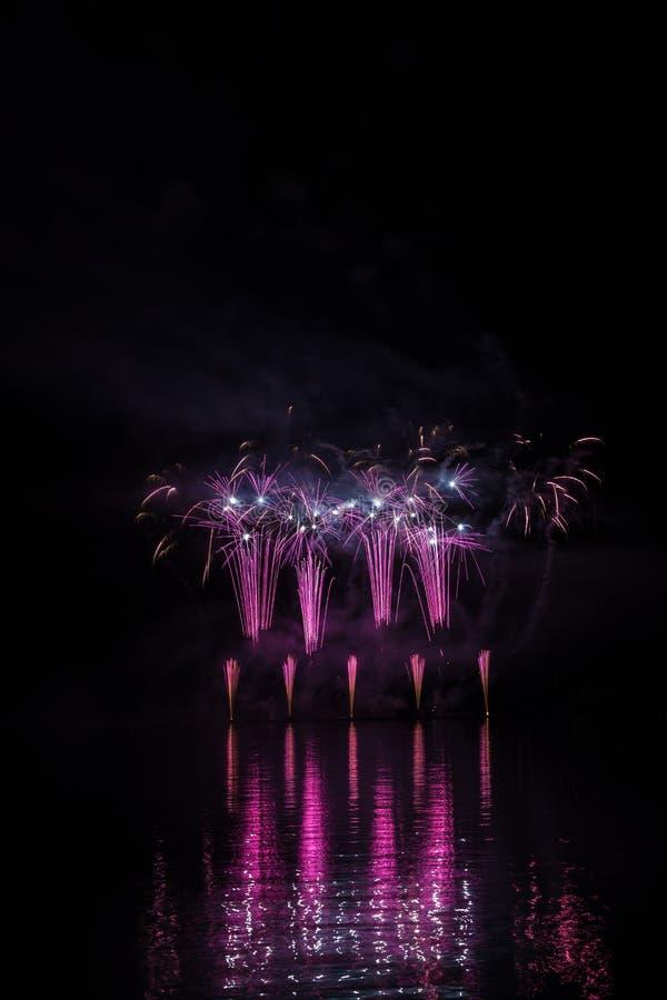 Violetter Brunnen und blaue Weiden in den reichen Feuerwerken über Brnos Verdammung mit Seereflexion lizenzfreie stockbilder