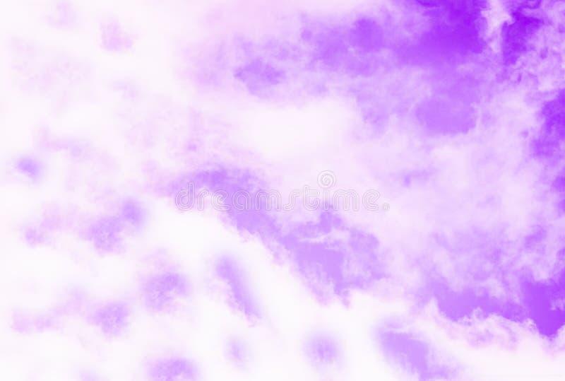 Violetter purpurroter Himmel mit weißen Wolken Aussehung wie eine Marmorbeschaffenheit stock abbildung