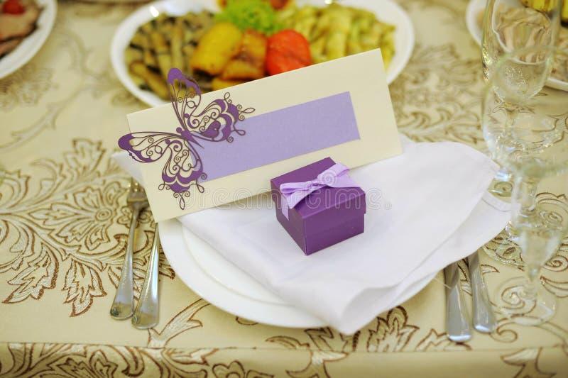 Violettes Bonbonniere und Namenskarte stockbild