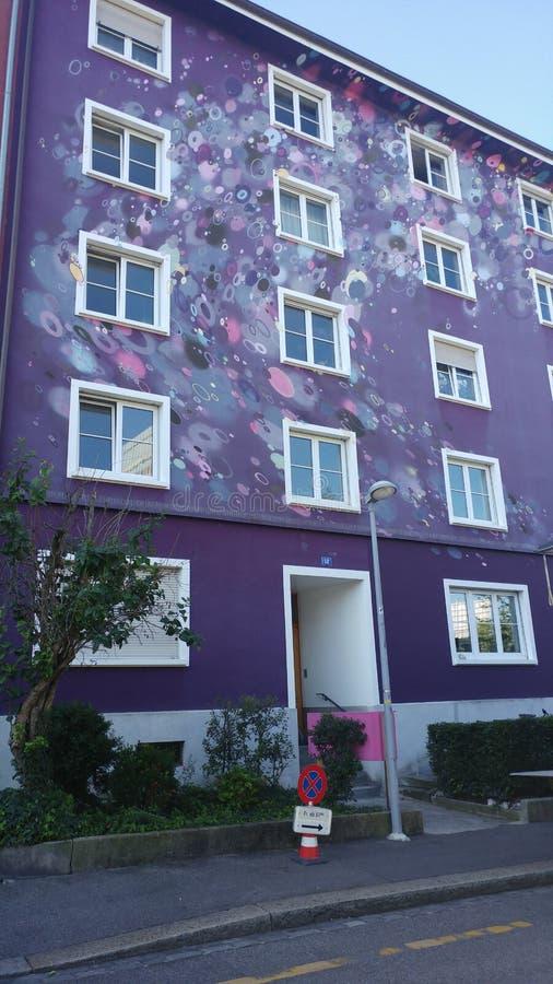 Violettes Gebäude stockfotografie