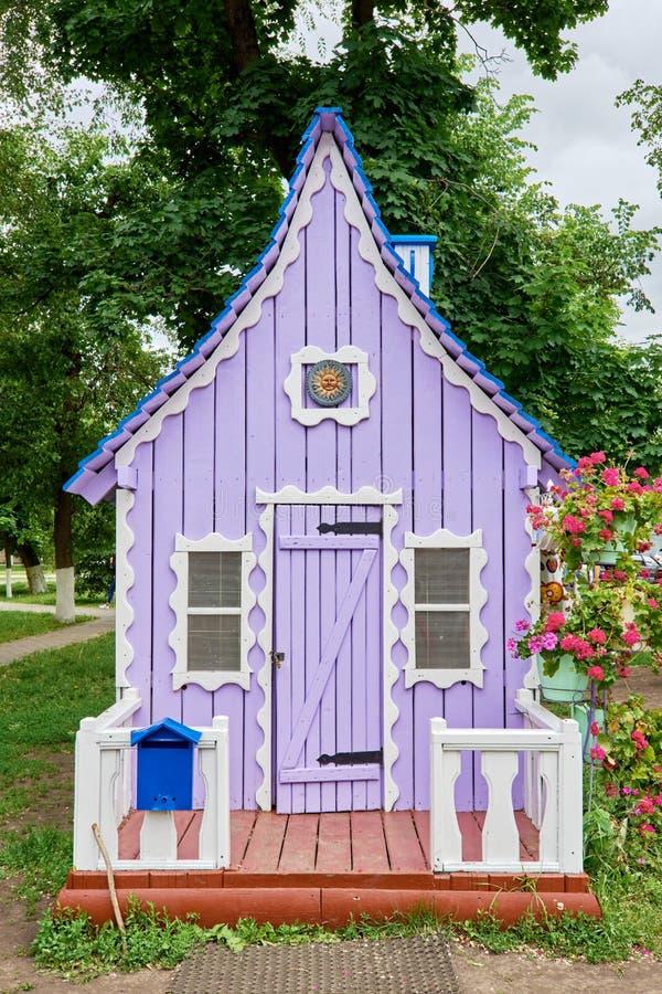 Violettes kleines Haus lizenzfreie stockbilder