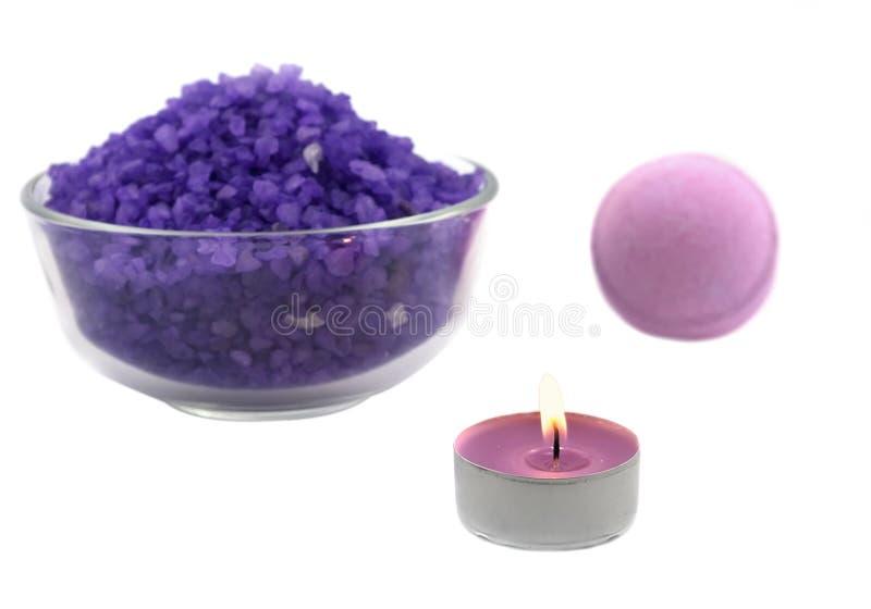 Violettes Salz mit Kerze- und Badkugel stockfoto
