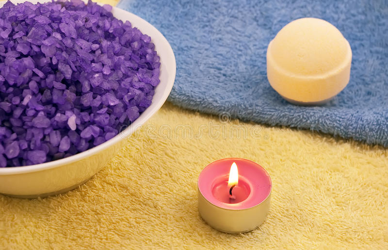 Violettes Salz mit Kerze- und Badkugel lizenzfreie stockbilder