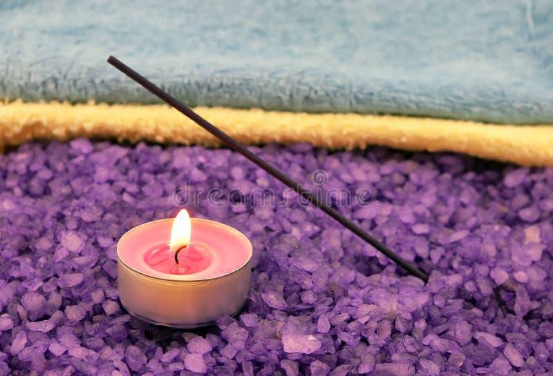 Violettes Salz mit Kerze- und insensesteuerknüppel stockbilder