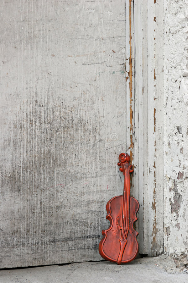 Free Violin By The Door Royalty Free Stock Image - 274246