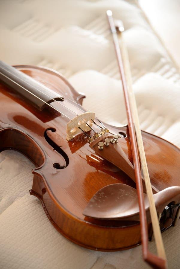 Violine auf Bett stockfoto