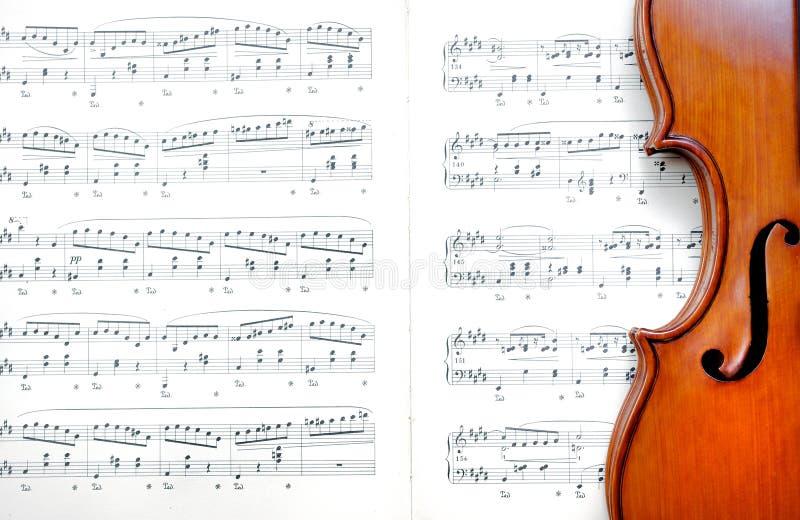 Violine auf Blattmusik Abschluss oben Beschneidungspfad eingeschlossen stockfotografie