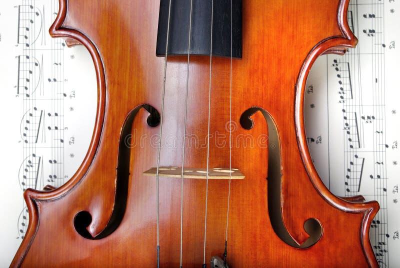Violine auf Blattmusik Abschluss oben Beschneidungspfad eingeschlossen lizenzfreies stockbild