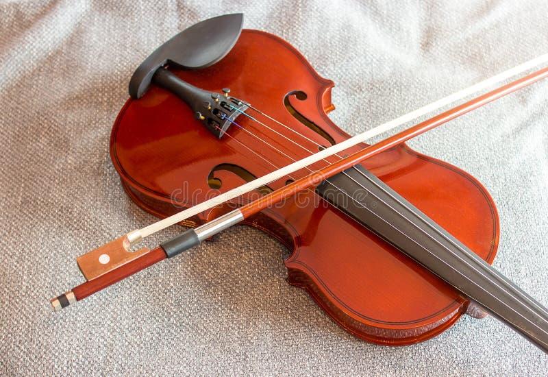 Violine auf dem Bett mit Gewebehintergrund lizenzfreie stockfotografie