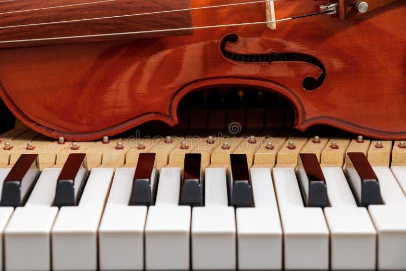 Violine auf der Klaviertastatur lizenzfreie stockfotografie