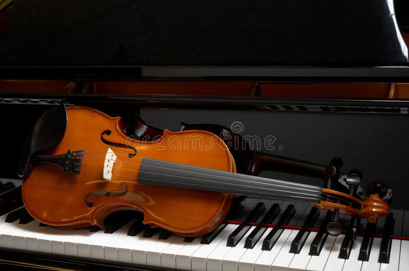 Violine auf Klavier lizenzfreies stockbild
