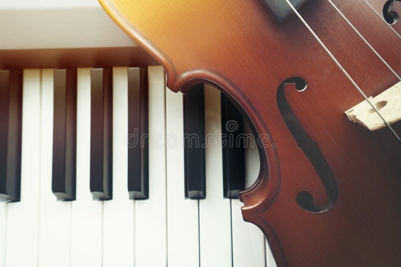 Violine auf Klaviertastatur lizenzfreie stockfotos