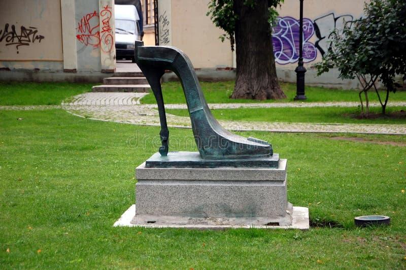 Violine-hoch-Fersenschuh Städtische Skulptur lizenzfreies stockbild