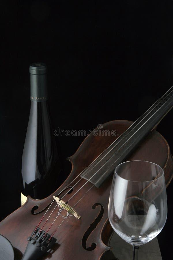 Violine mit Weinflasche und -glas lizenzfreie stockfotografie