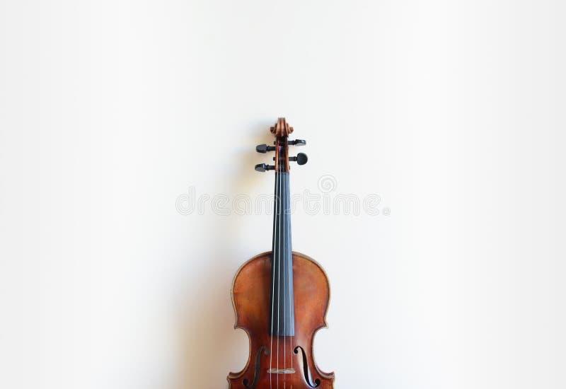 Violine und weiße Wand stockfotos