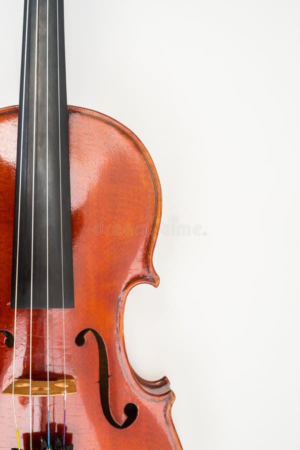 Violinen-nahe hohe Ansicht über weißen Hintergrund stockfoto