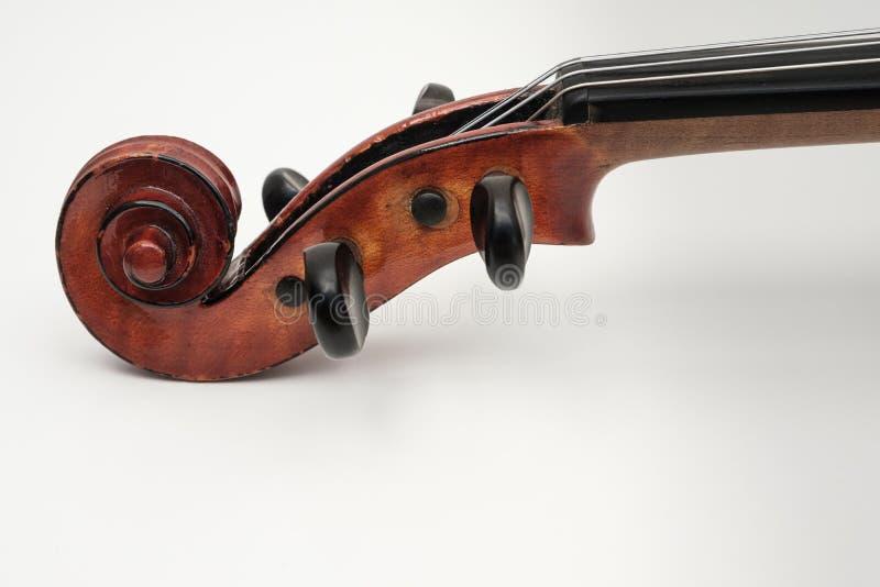 Violinen-nahe hohe Ansicht über weißen Hintergrund lizenzfreie stockfotografie