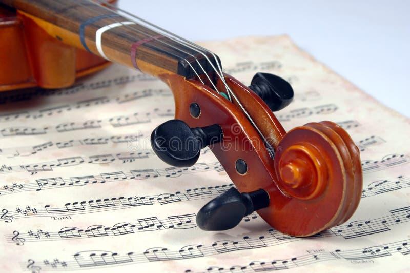 Violinen-Rolle mit Miusic Blatt stockbild