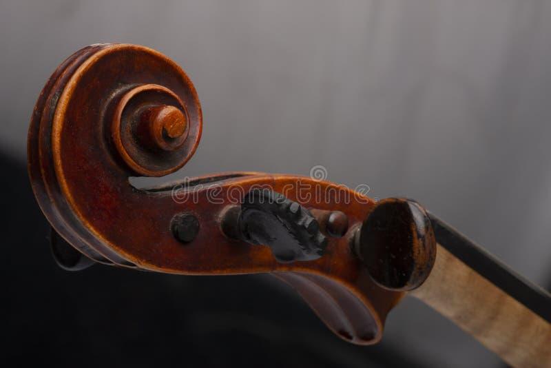 Violinenabschluß oben lokalisiert auf schwarzem Hintergrund lizenzfreies stockfoto