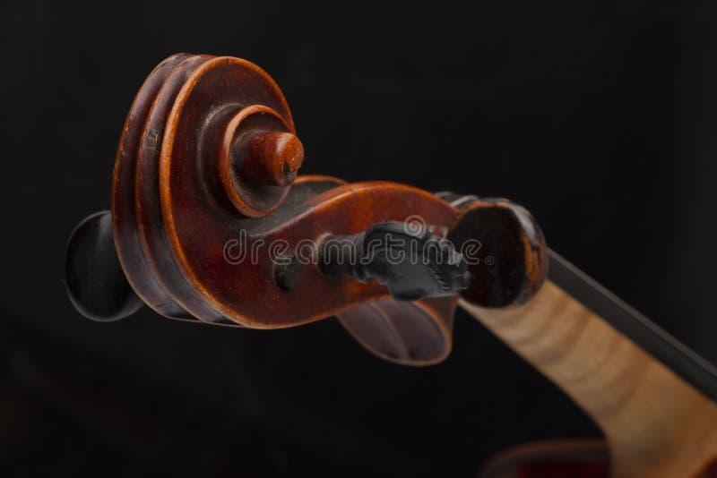 Violinenabschluß oben lokalisiert auf schwarzem Hintergrund lizenzfreie stockfotos