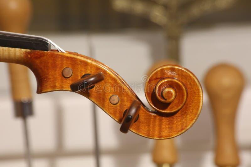 Violinenrolle, Hauptdetails mit Klammern stockfoto