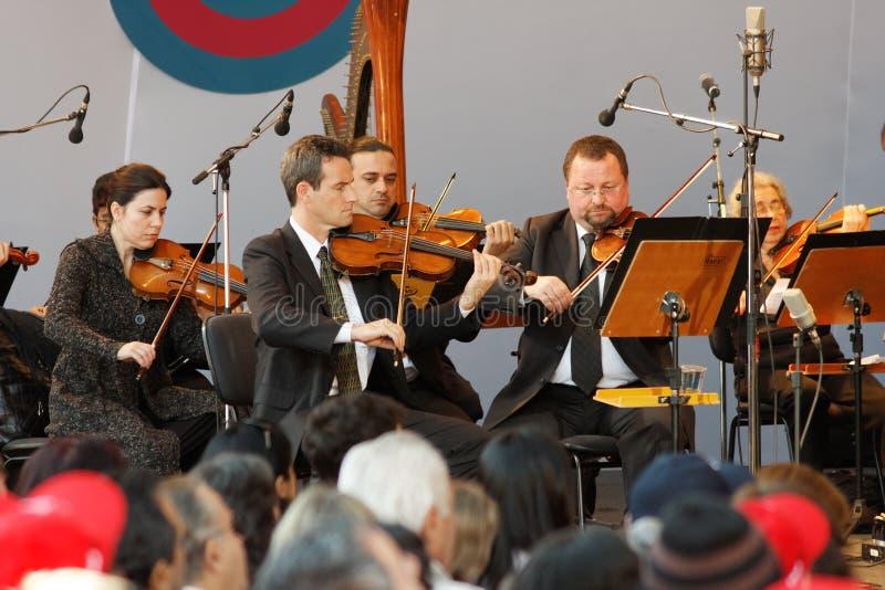 Violines de la orquesta de Osasco imagenes de archivo
