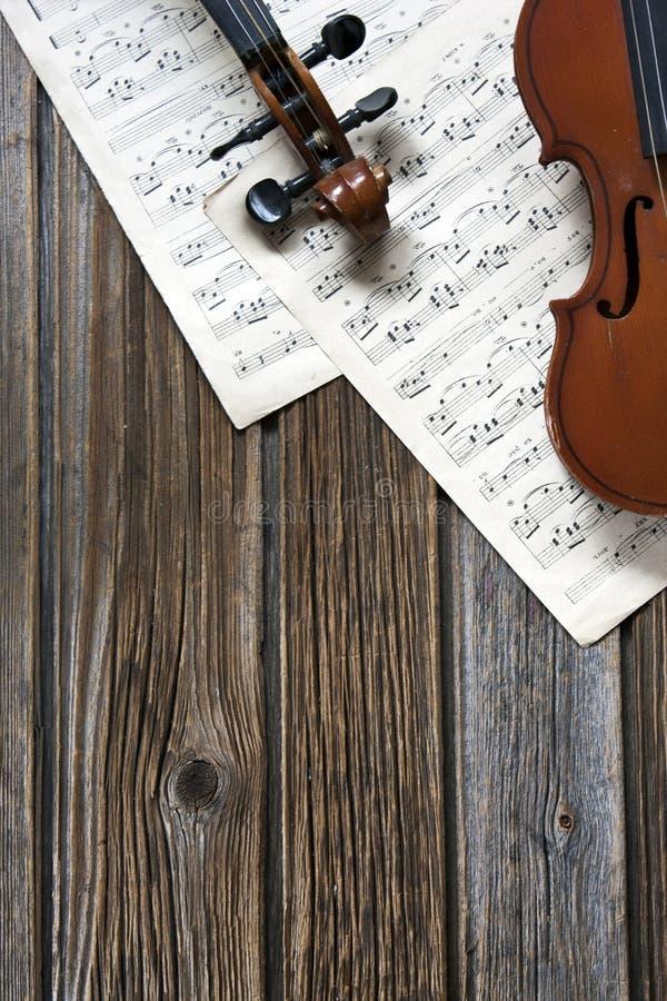 Violines en el papel de música fotos de archivo