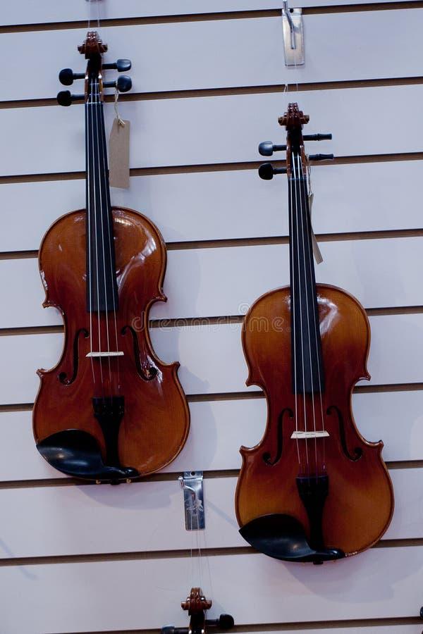 Violines en la ventana de la tienda de la música imagen de archivo