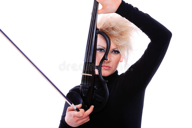 Violinista atractivo que toca el violín eléctrico imagen de archivo
