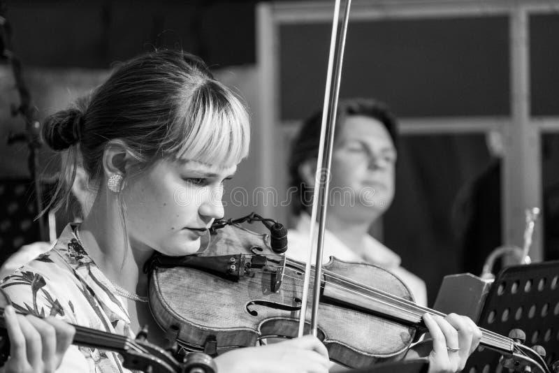Violinista che gioca Klezmer ad un concerto al festival ebreo della cultura, ospitato annualmente in Kazimierz, Cracovia, Polonia immagine stock