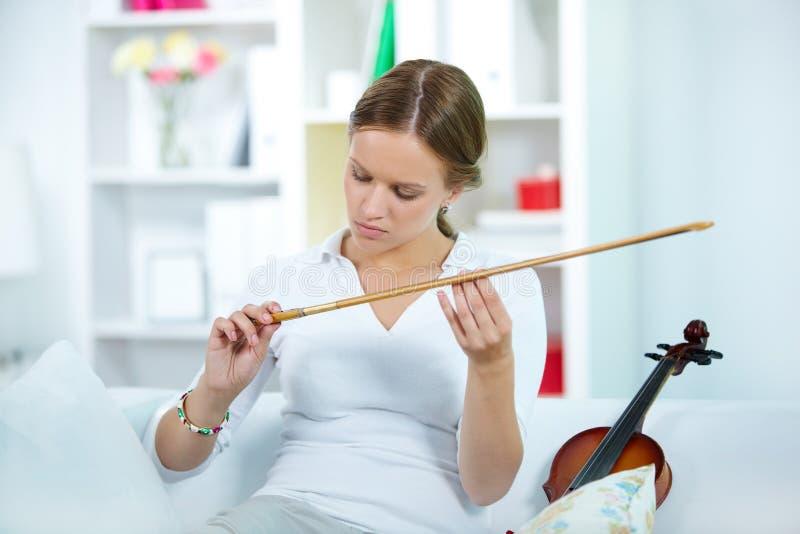 Violinista con el fiddlestick fotos de archivo libres de regalías