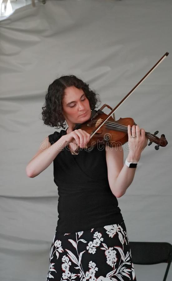 Violinista de la banda irlandesa de la fila indigente que se realiza en la etapa del festival irlandés de Colorado imagen de archivo