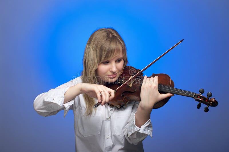 Violinista de sexo femenino joven foto de archivo libre de regalías